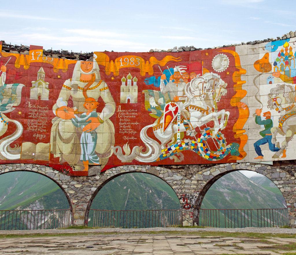 Арка Дружбы народов России и Грузии в Гудаури