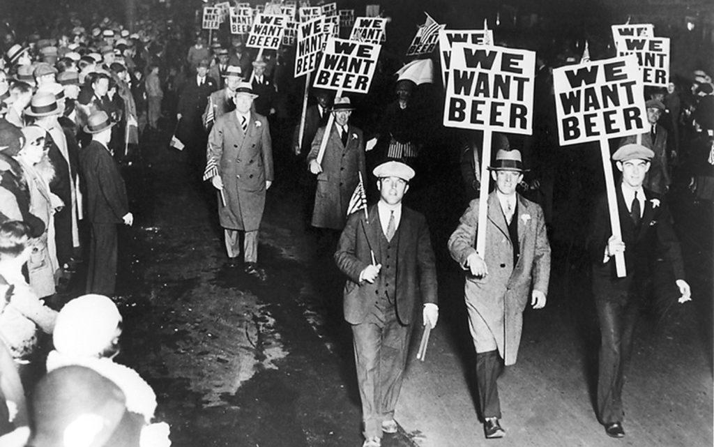"""Митинг в поддержку продажи, производства и транспортировки пива во времена """"Сухого закона"""" в США"""