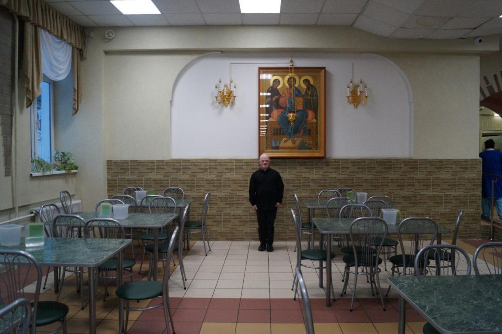 Пациент Сергей позирует на фоне иконы в столовой. Снимал Антон, житель ПНИ.